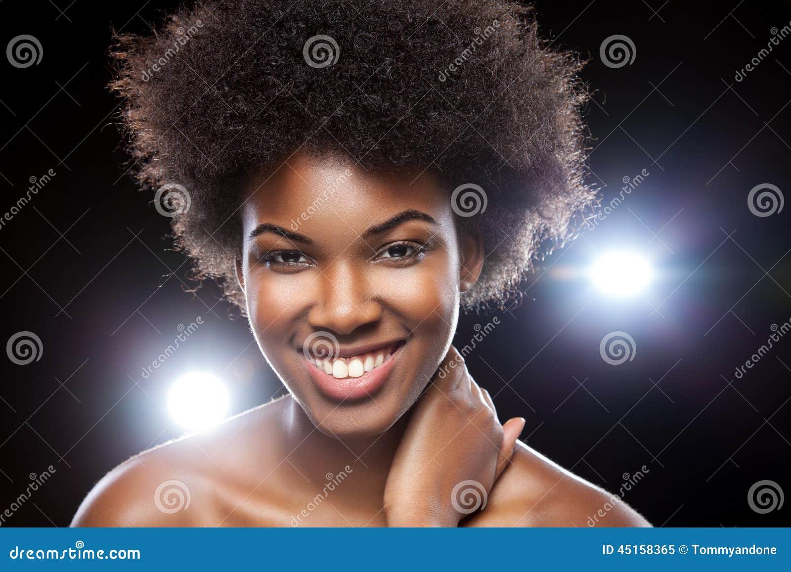 belle femme africaine avec la coiffure afro image stock image 45158365. Black Bedroom Furniture Sets. Home Design Ideas