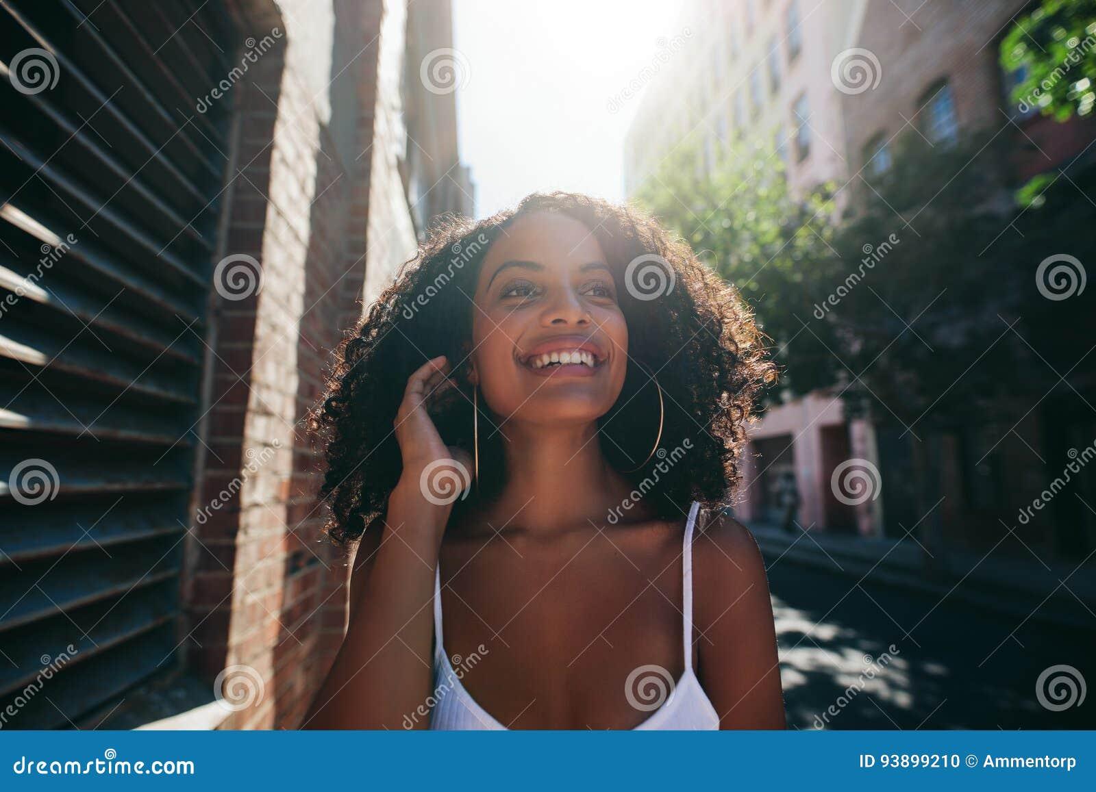 Belle femme africaine descendant la rue de ville