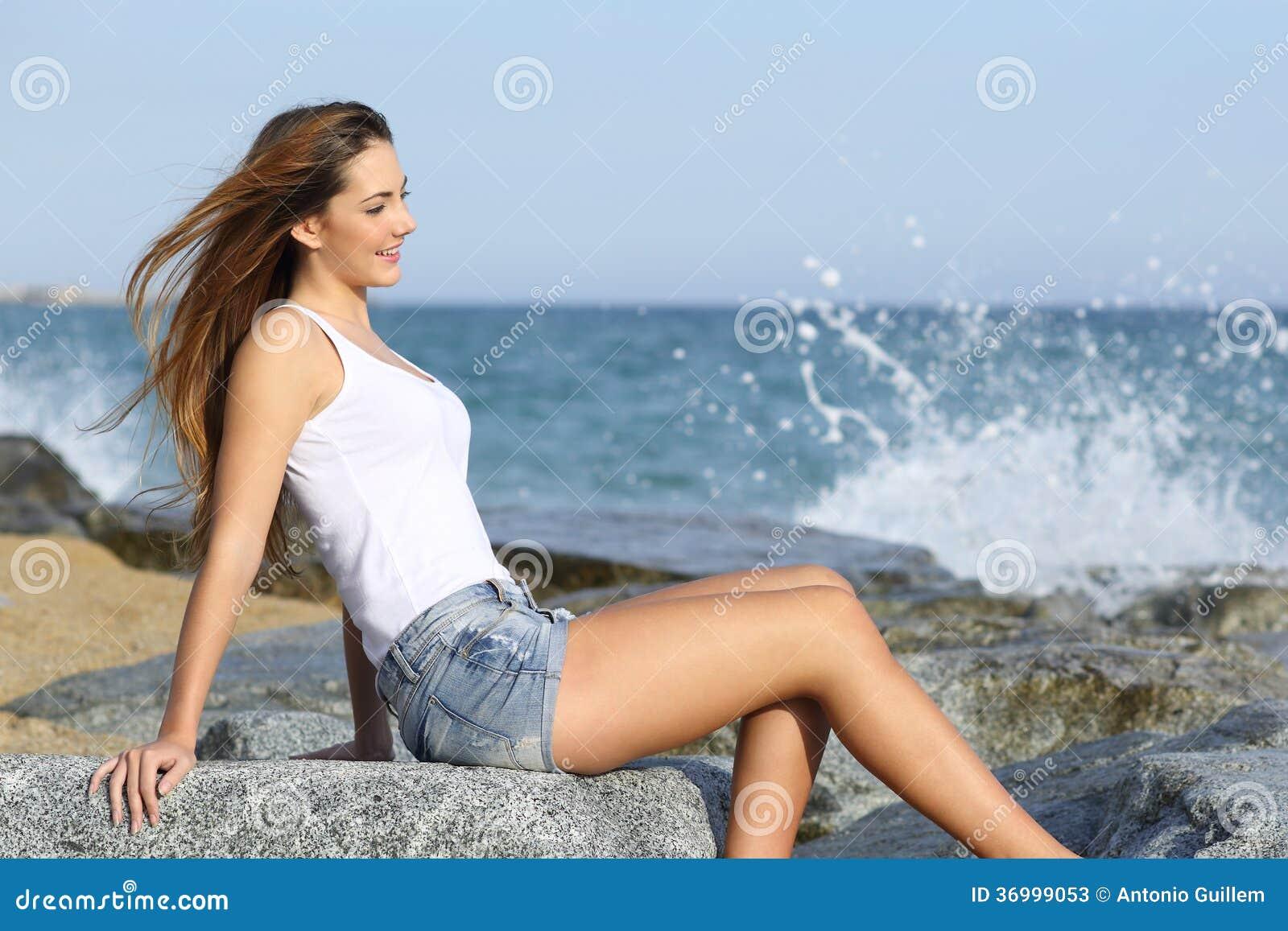 Belle femme appr ciant le vent sur la plage photos stock image 36999053 - Sortie de plage femme ...
