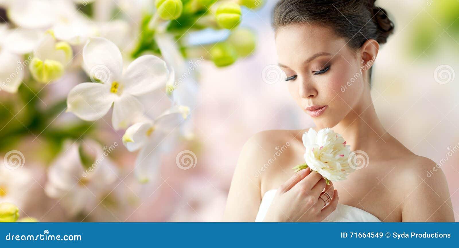 belle femme asiatique avec la fleur et les bijoux photo stock image 71664549. Black Bedroom Furniture Sets. Home Design Ideas