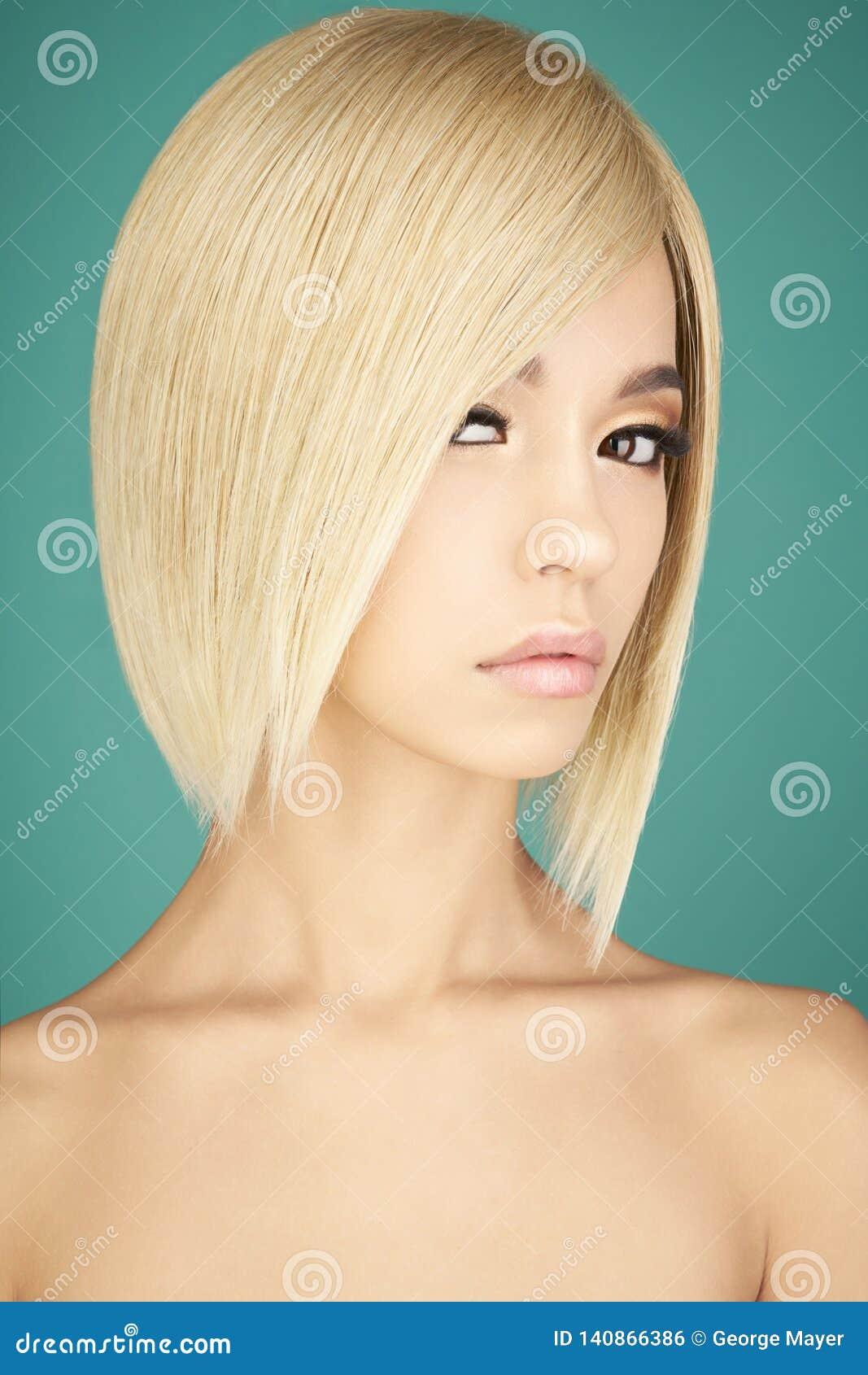 Belle Femme Asiatique Avec Les Cheveux Courts Blonds Photo Stock Image Du Avec Blonds 140866386