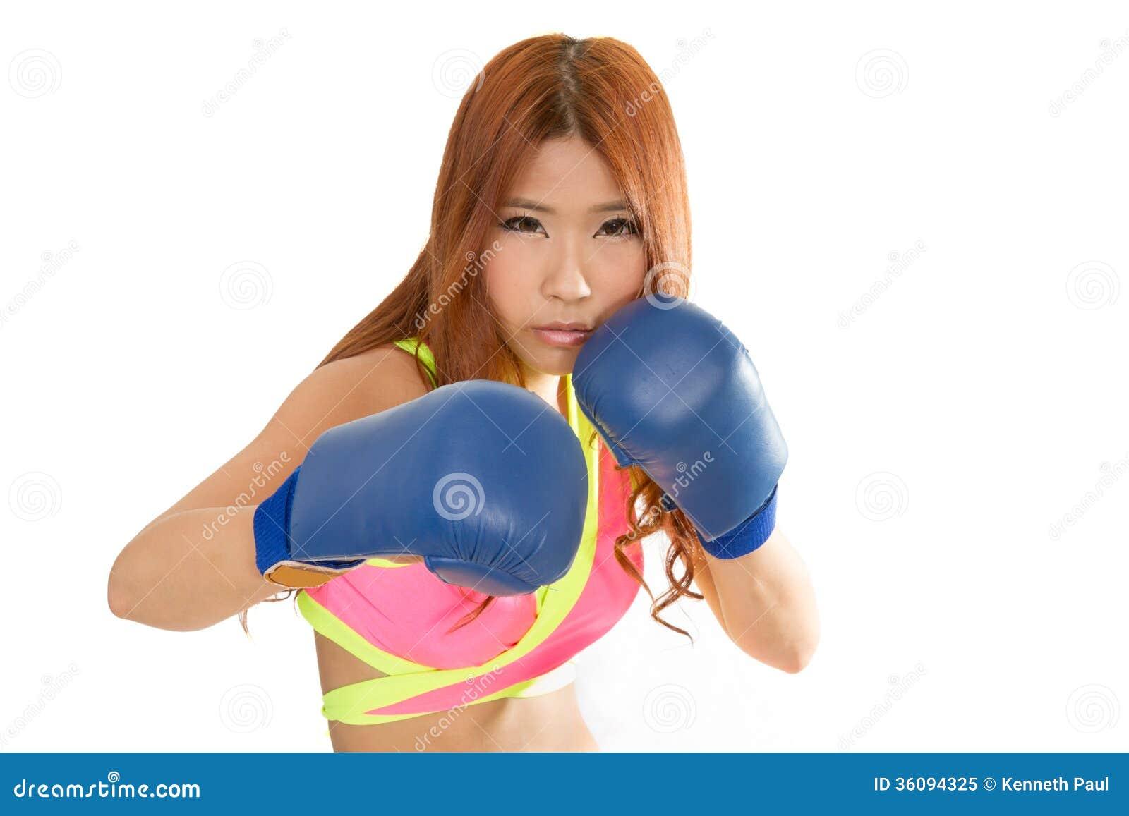 belle femme asiatique dans le rose avec les gants de boxe. Black Bedroom Furniture Sets. Home Design Ideas