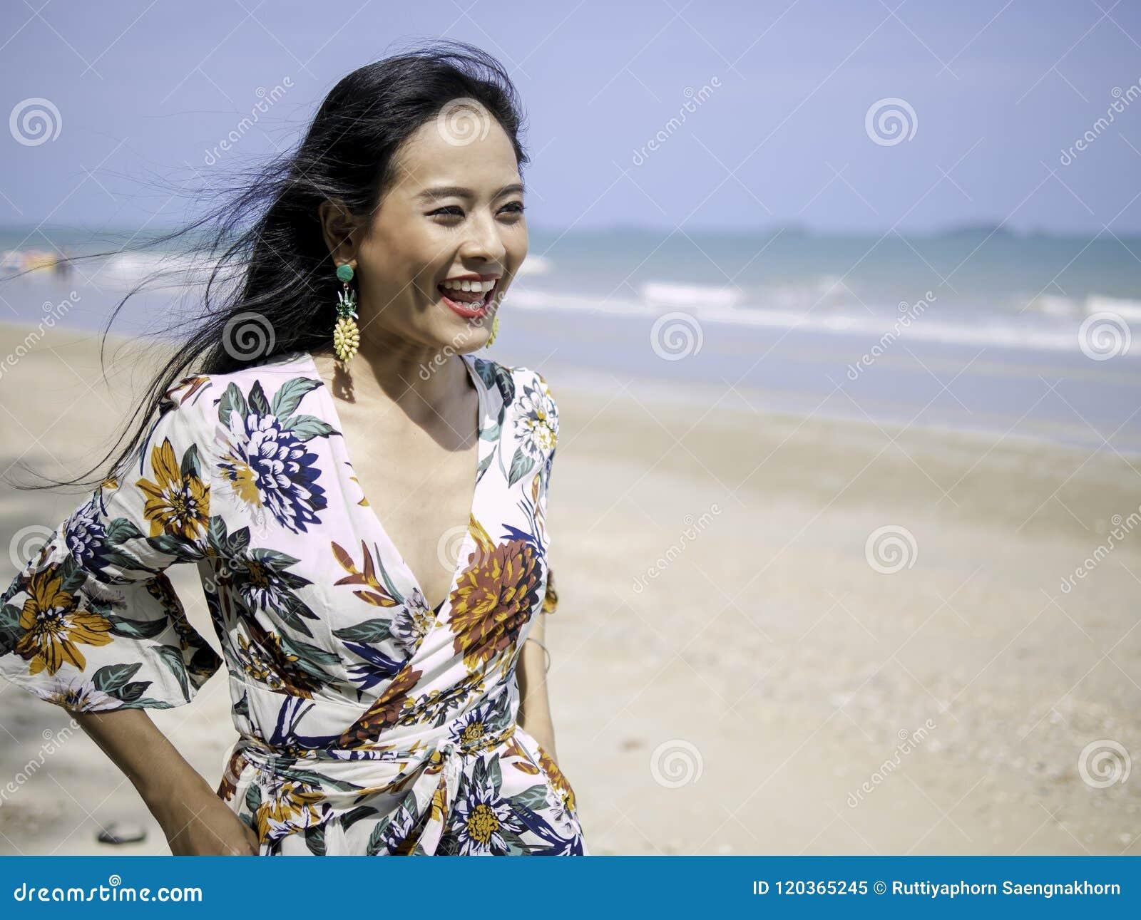 D'habillement Femme De Belle Portant Asiatique Avec Le Style Bohème ON0Z8nPkwX
