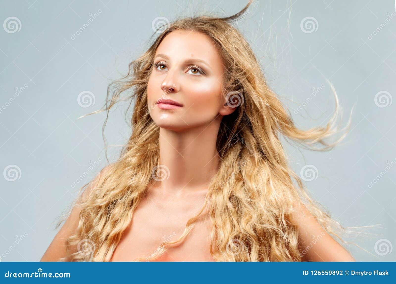 Belle femme avec de longs cheveux blonds onduleux