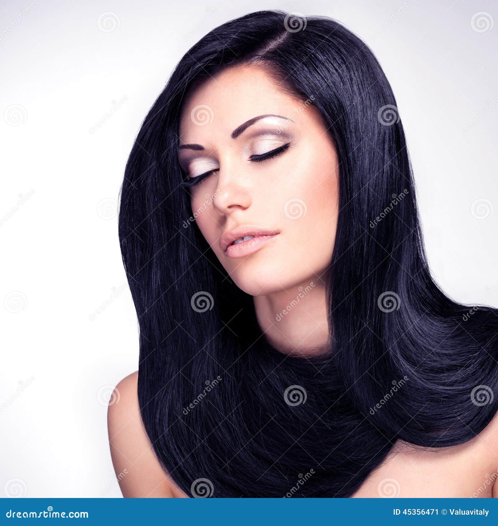 Belle femme avec de longs poils droits