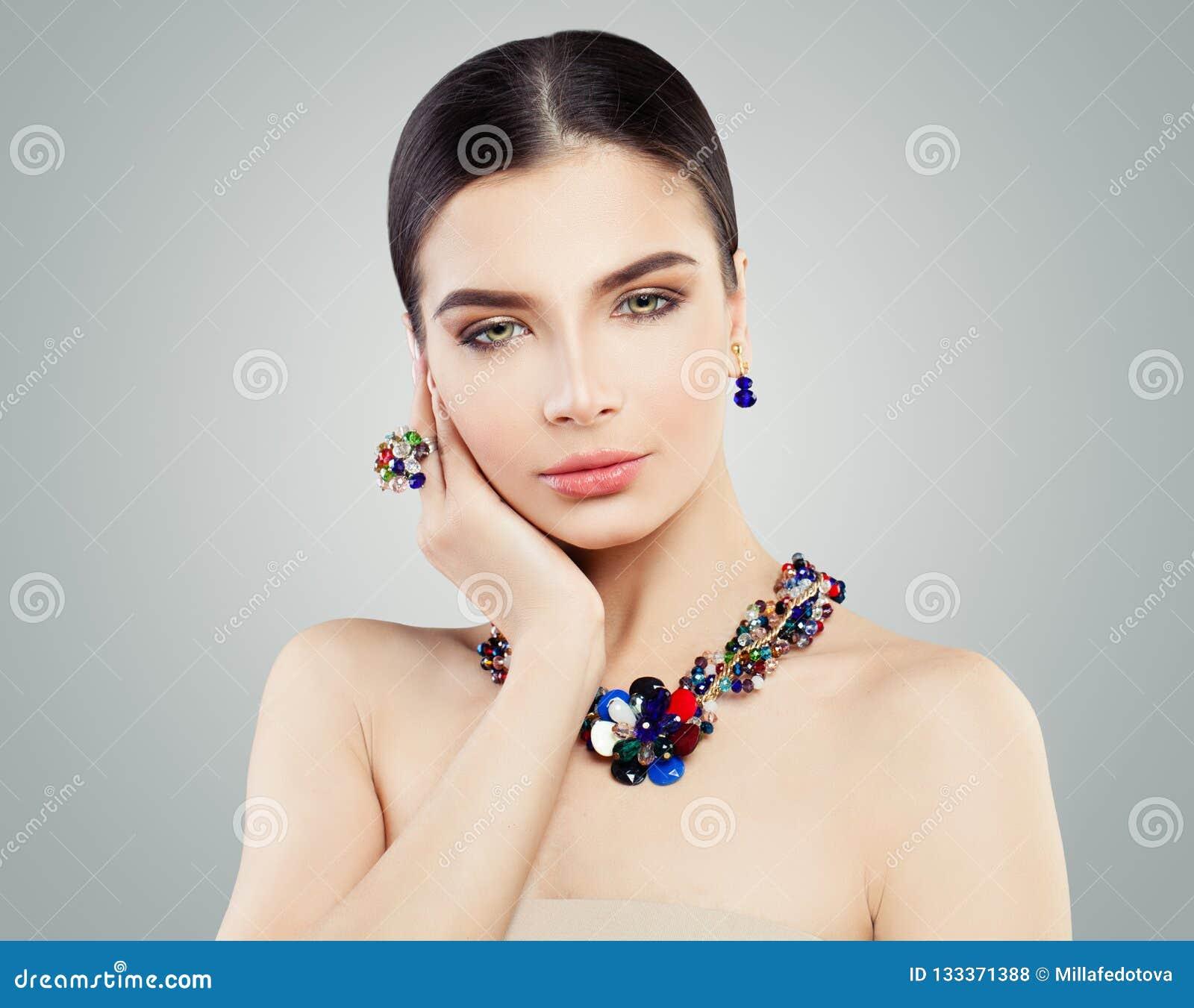 Belle femme avec l anneau lumineux de bijoux, collier
