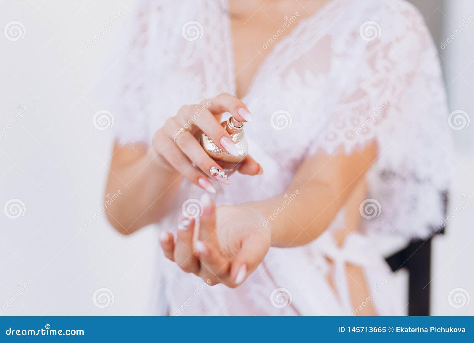 Belle femme avec la bouteille de parfum