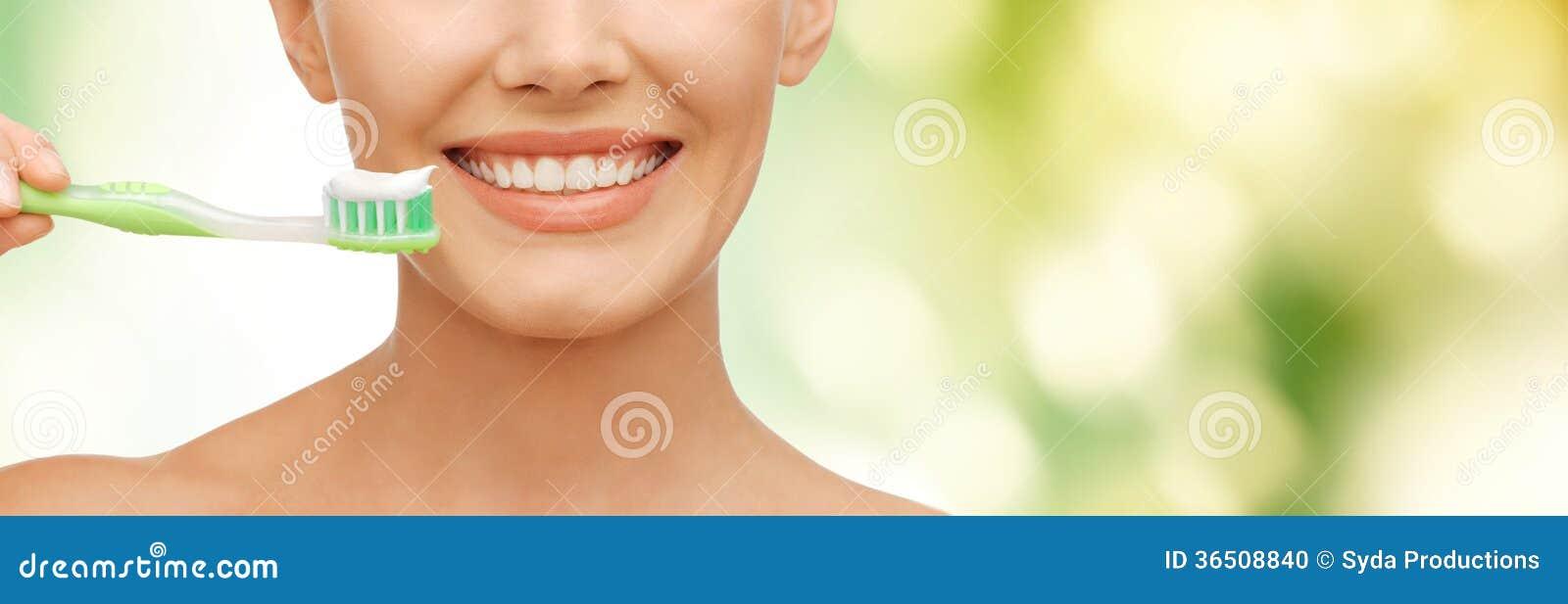 Belle femme avec la brosse à dents