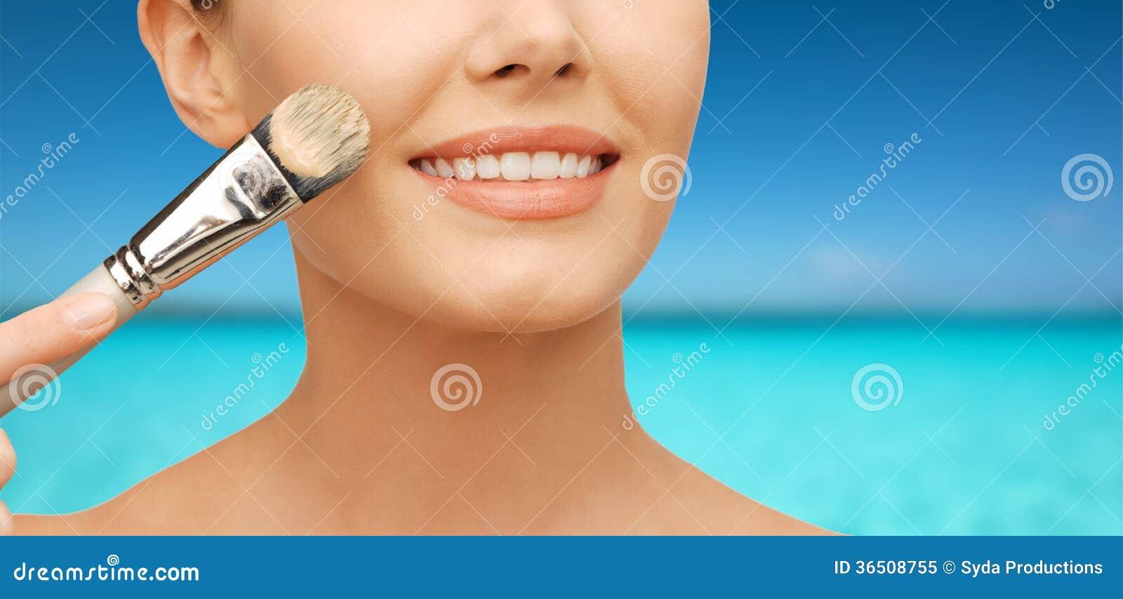 Belle femme avec la brosse