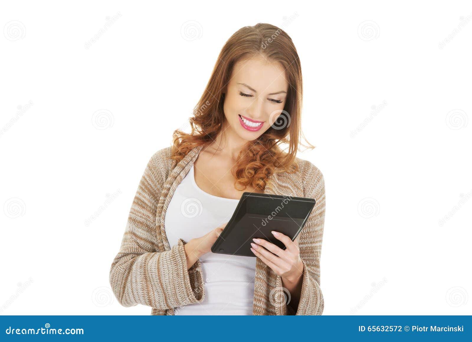 Belle femme avec la calculatrice