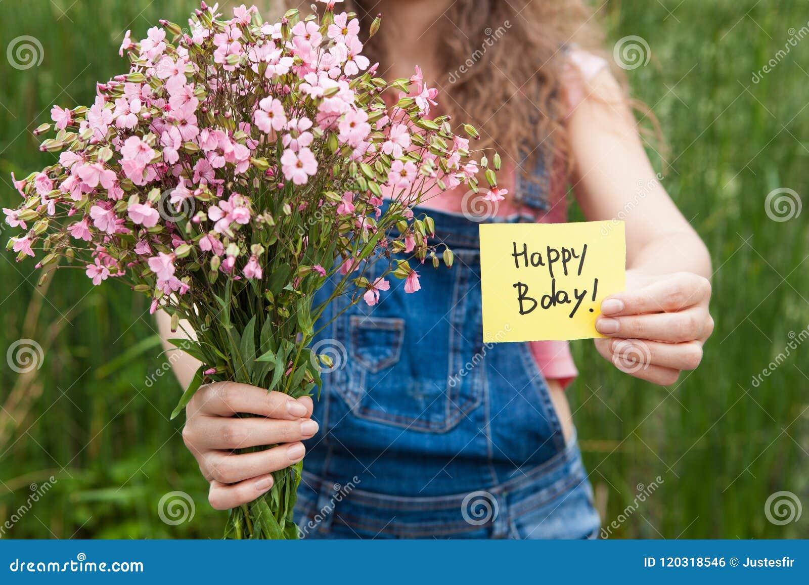 Belle Femme Avec La Carte De Joyeux Anniversaire Et Le Bouquet Des