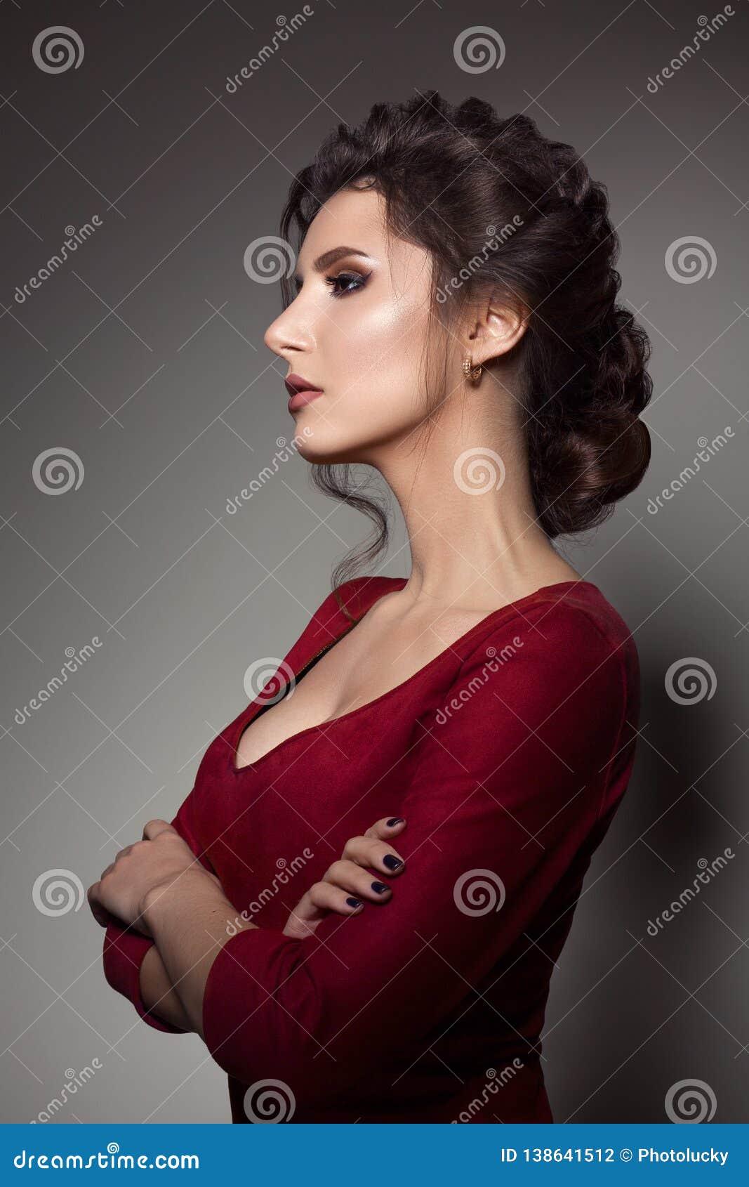 belle femme avec la coupe de cheveux l gante et grandes. Black Bedroom Furniture Sets. Home Design Ideas
