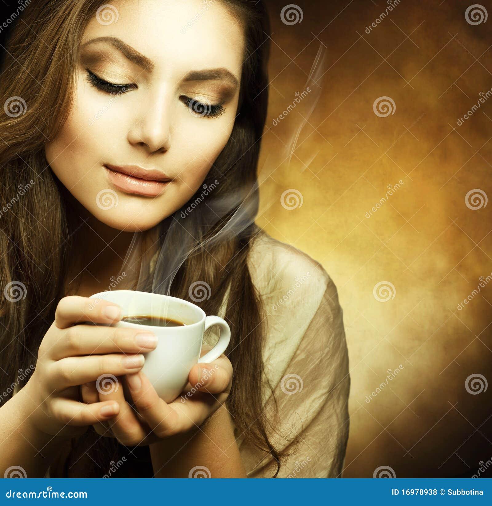 Belle femme avec la cuvette de café