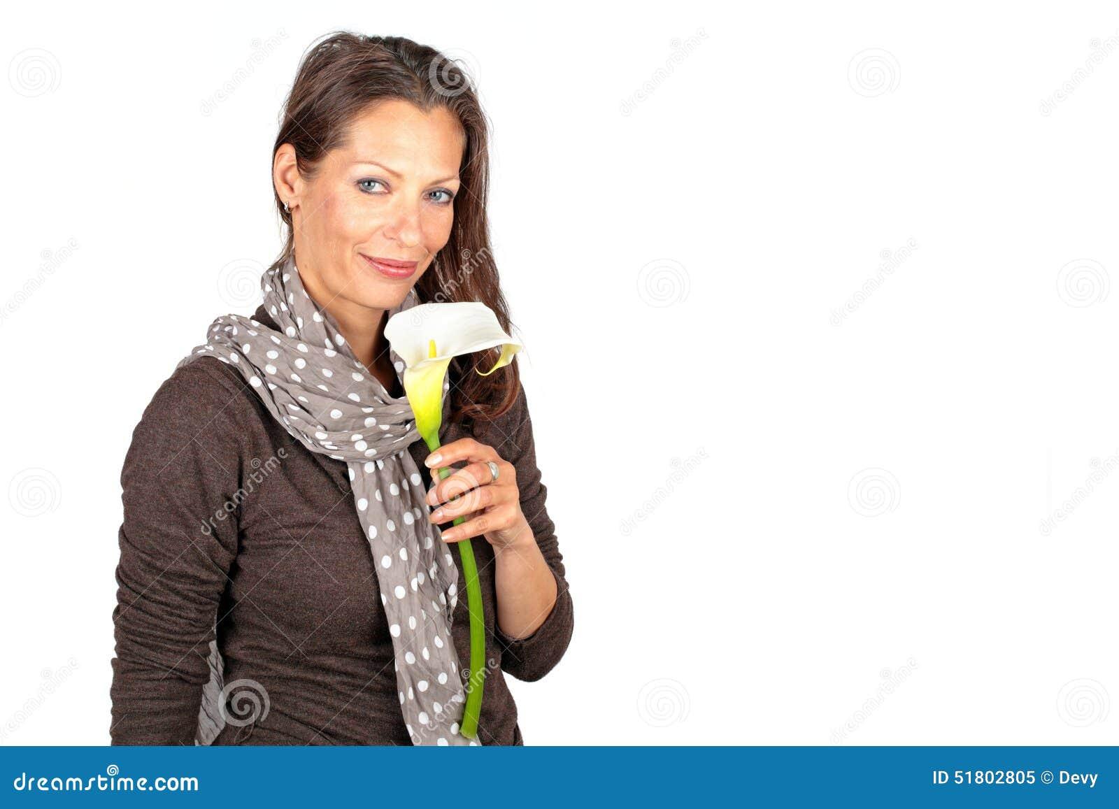 Belle femme avec la fleur de floraison de cala