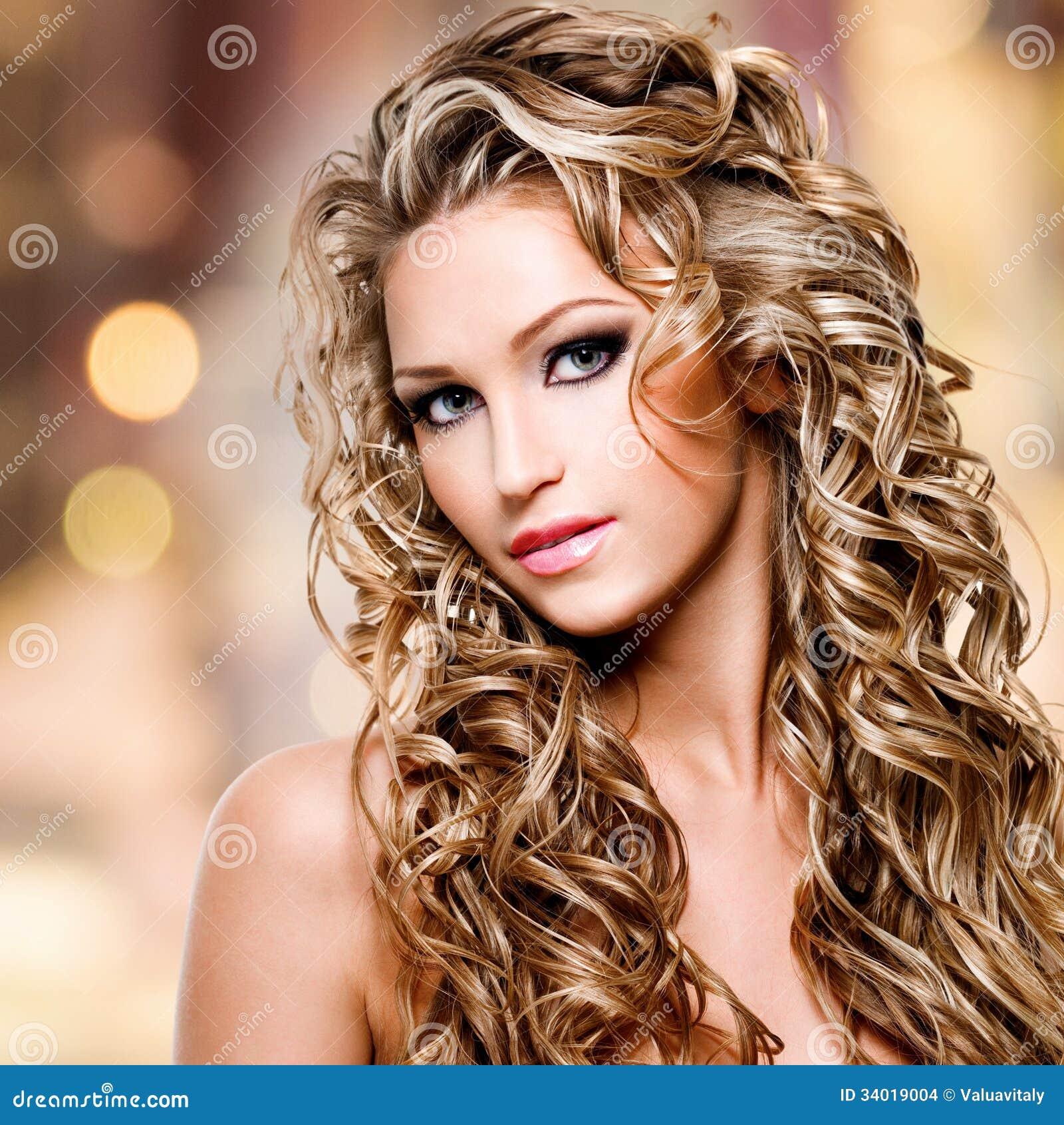 belle femme avec la longue coiffure boucl e images stock. Black Bedroom Furniture Sets. Home Design Ideas
