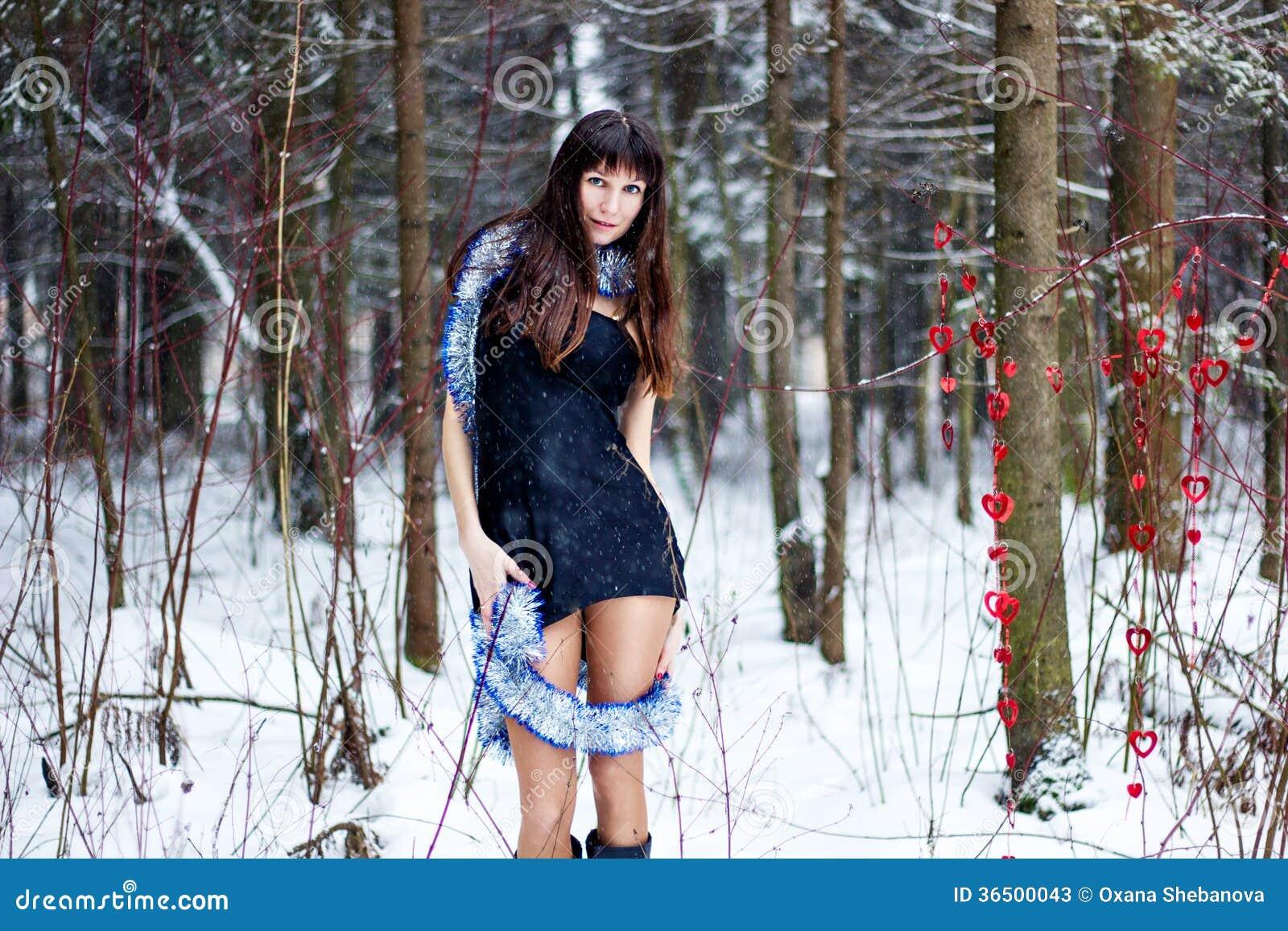 Belle femme avec la tresse lumineuse dans la forêt d hiver