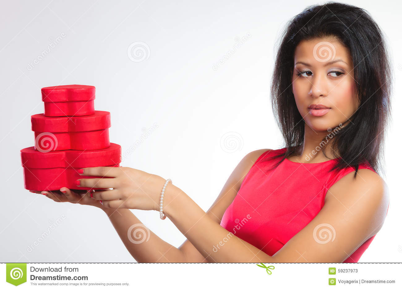 Belle femme avec le boîte-cadeau en forme de coeur rouge