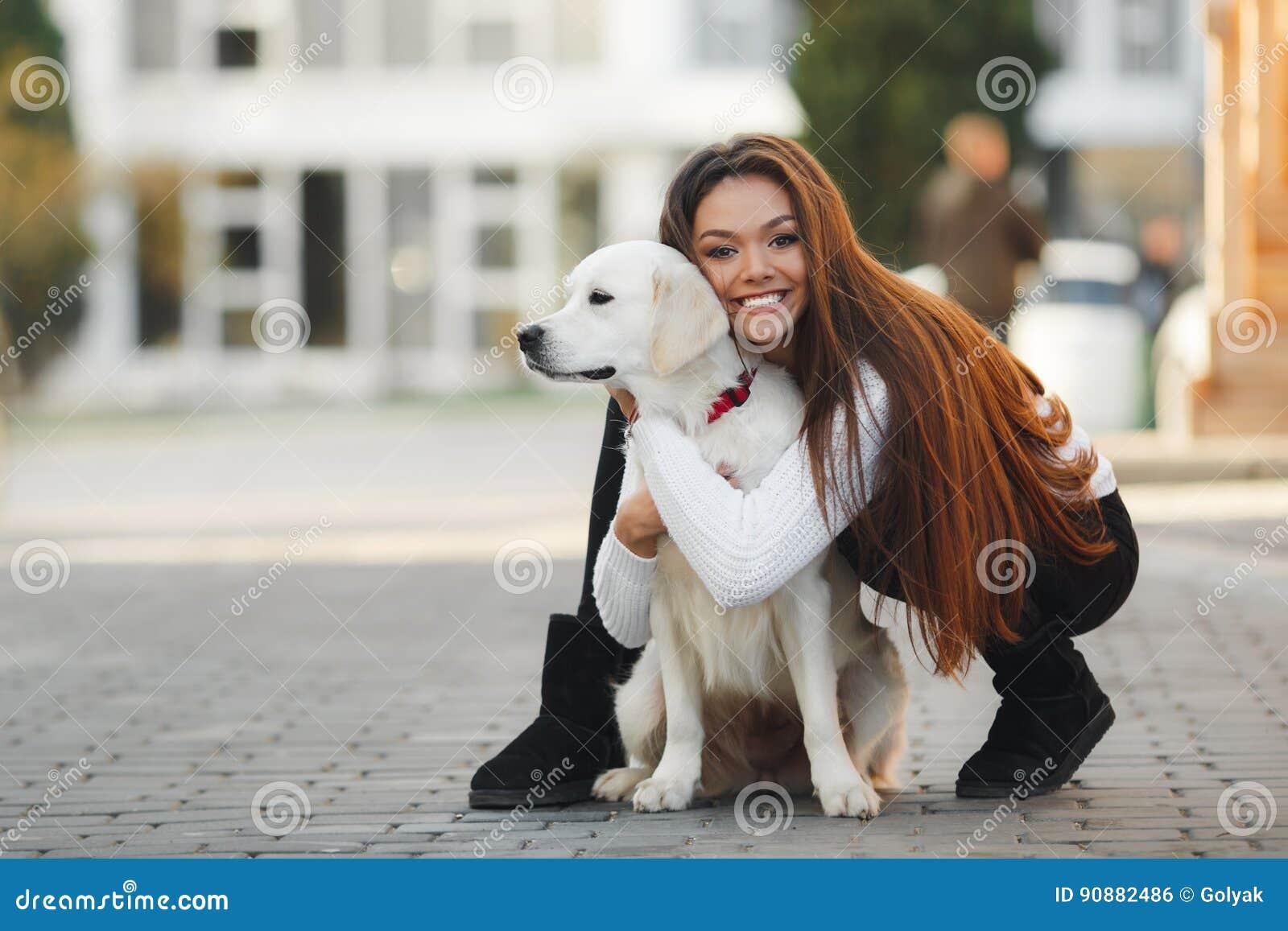 Belle femme avec le chien aimé dehors