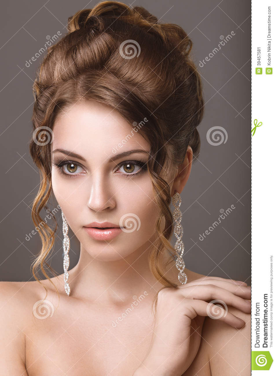 belle femme avec le maquillage et la coiffure de soir e photo stock image 39457581. Black Bedroom Furniture Sets. Home Design Ideas