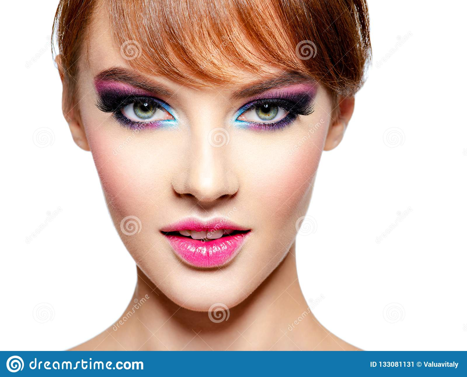 Belle femme avec le maquillage pourpre vif lumineux