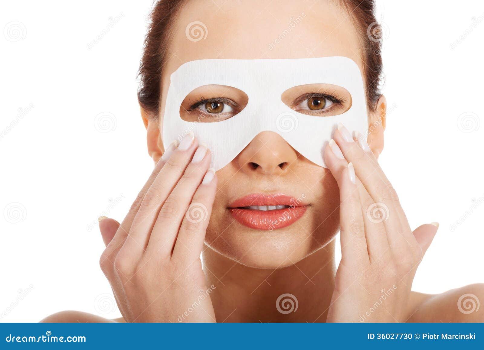 La crème pour la peau autour des yeux des sacs les rappels