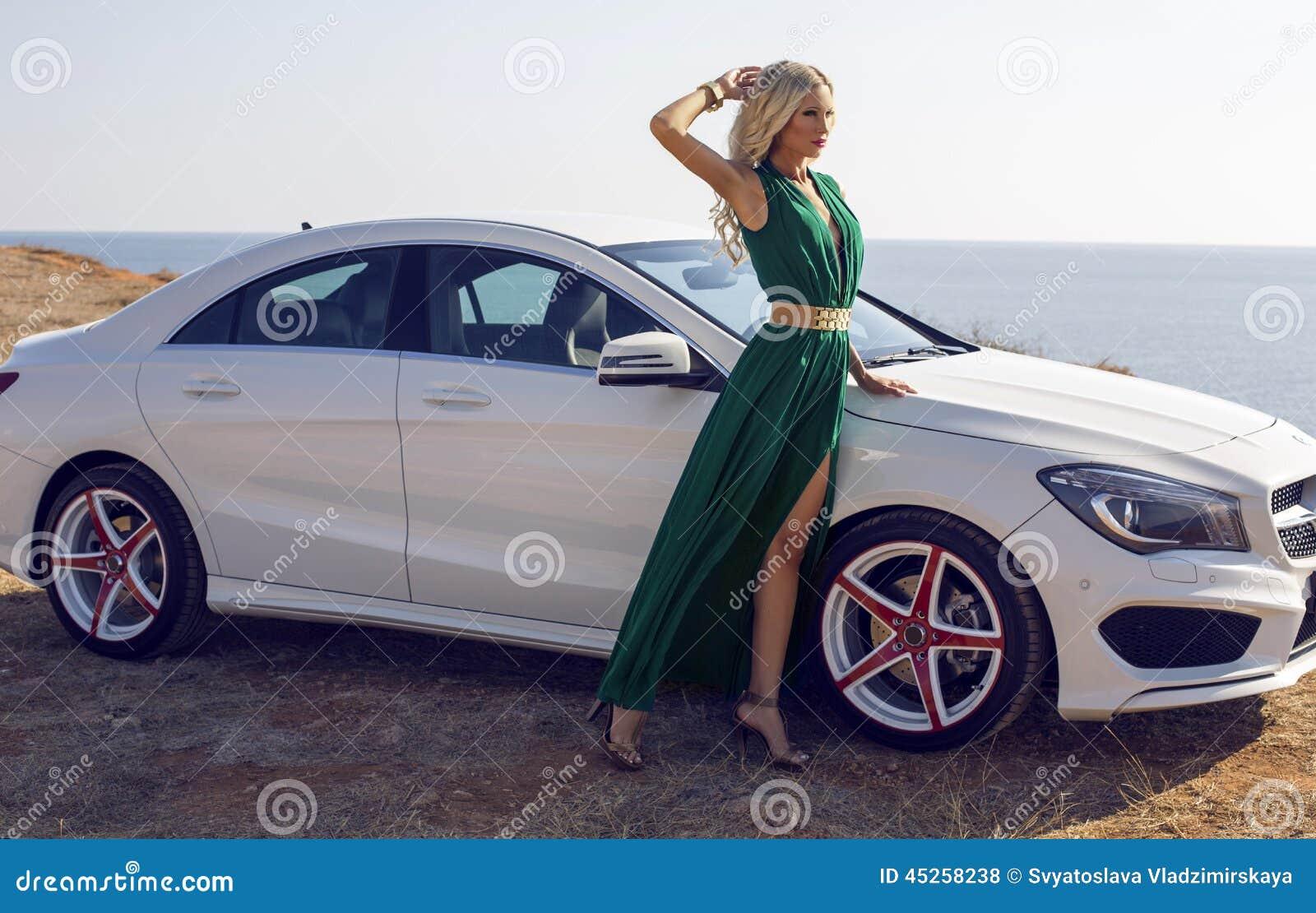 belle femme avec les cheveux blonds posant pr s d 39 une voiture de luxe photo stock image du. Black Bedroom Furniture Sets. Home Design Ideas