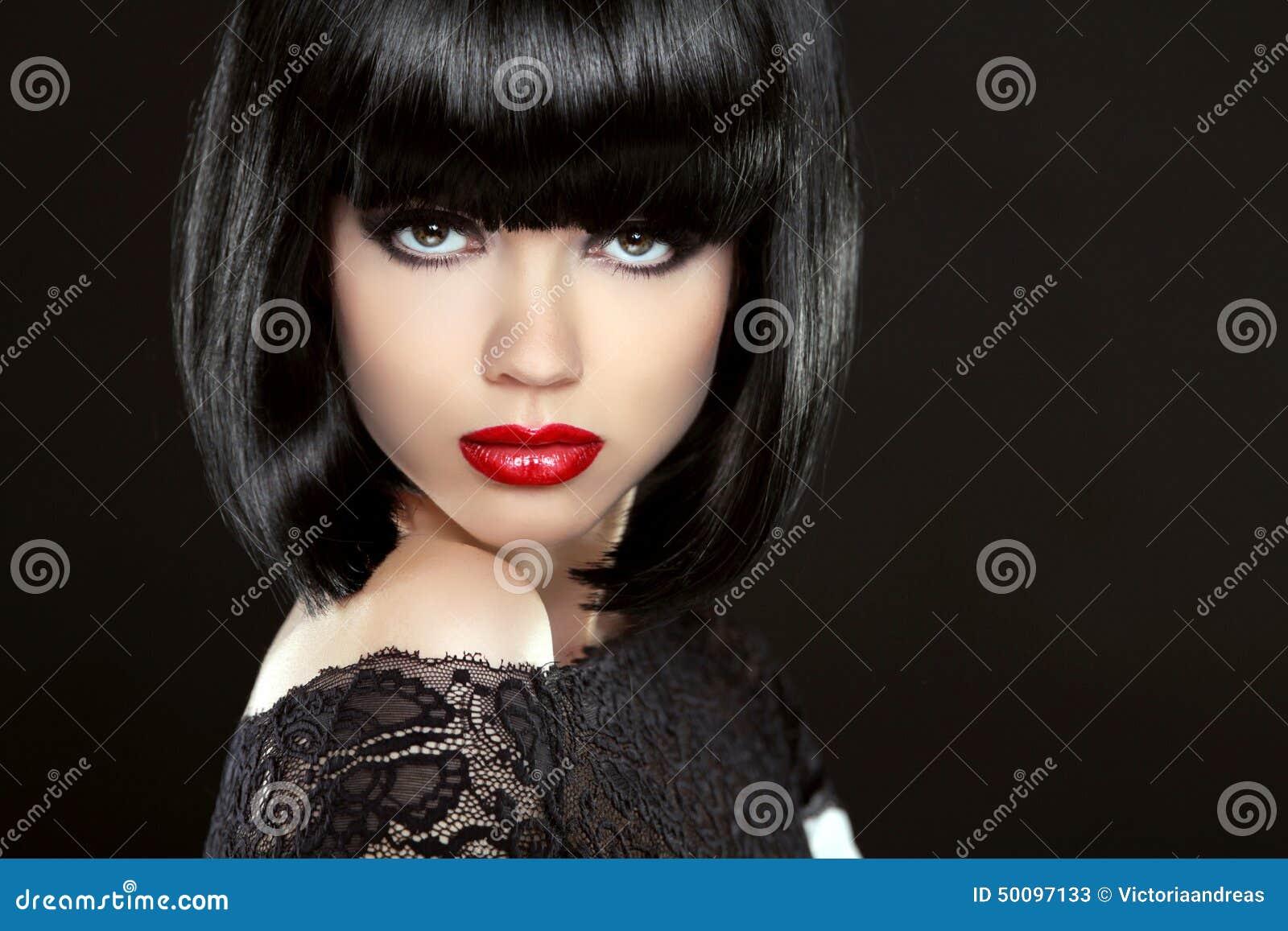 belle femme avec les cheveux courts noirs coupe coiffure fring photo stock image 50097133. Black Bedroom Furniture Sets. Home Design Ideas