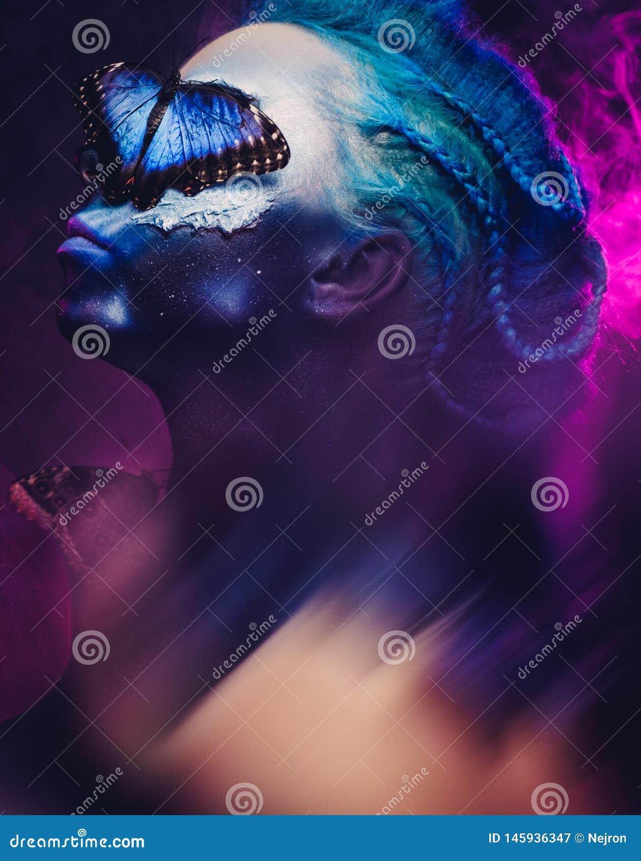 Belle femme avec les cheveux et le papillon bleus