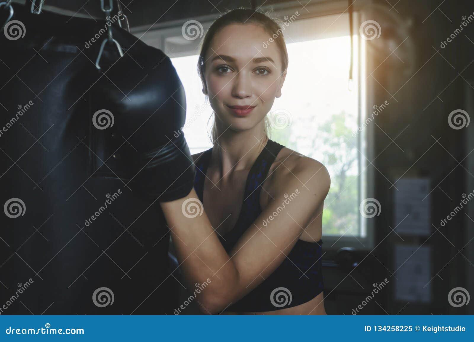 Belle femme avec les gants de boxe noirs