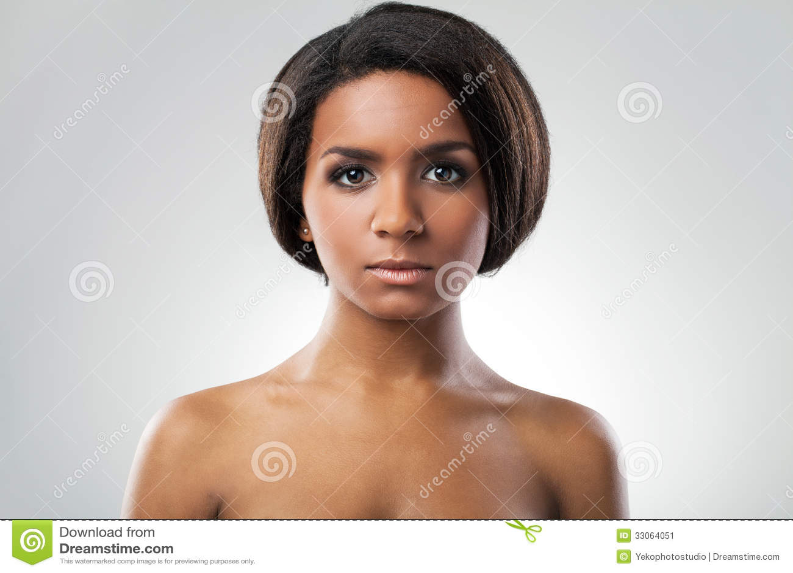 Belle femme avec son plan rapproché nu d épaules
