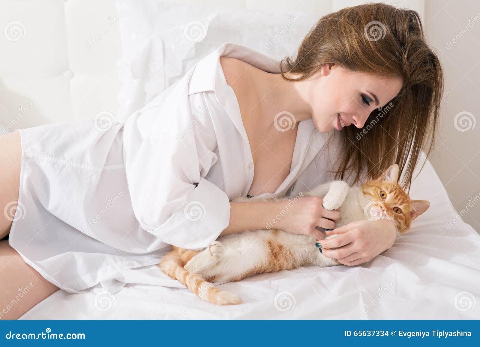Belle femme avec un chat rouge