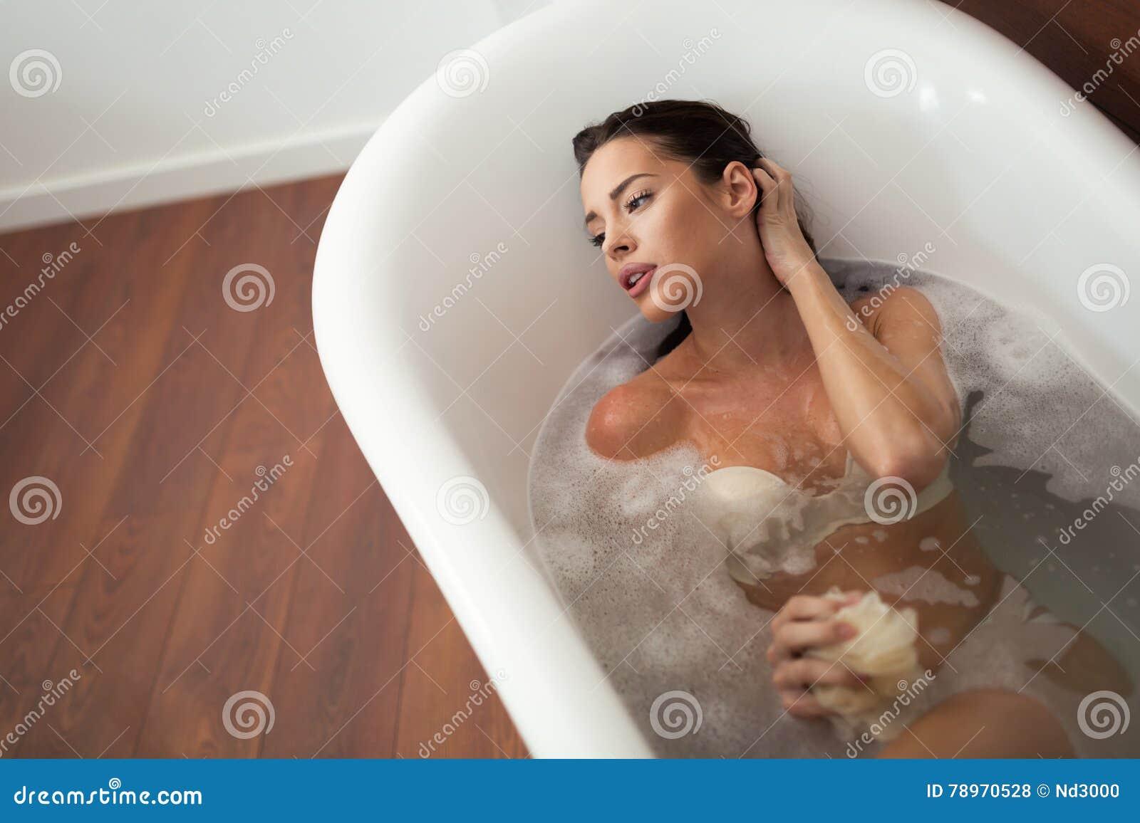 remise spéciale nouvelle arrivee commercialisable Belle Femme Ayant Un Bain Moussant Photo stock - Image du ...