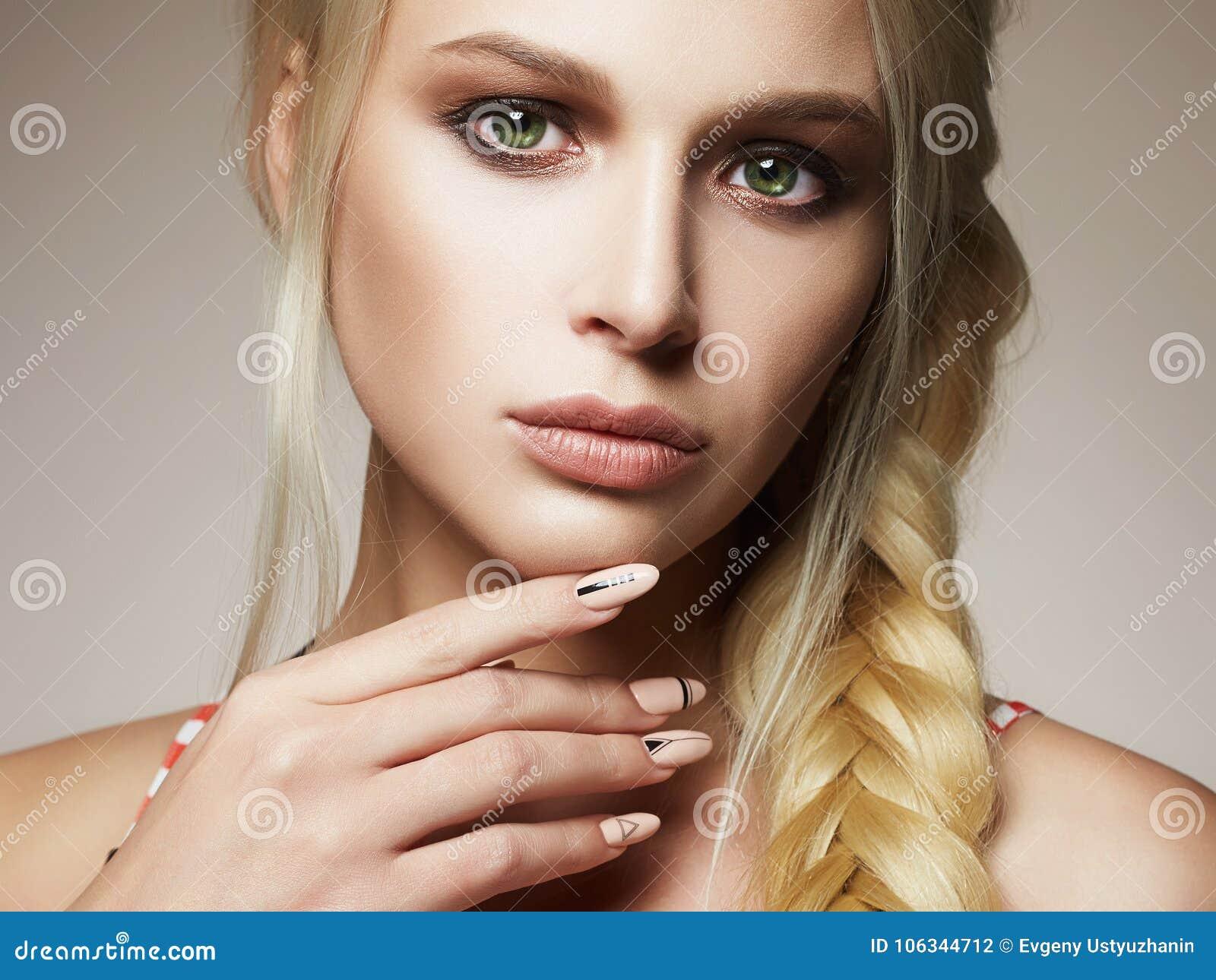 Belle femme blonde avec la tresse