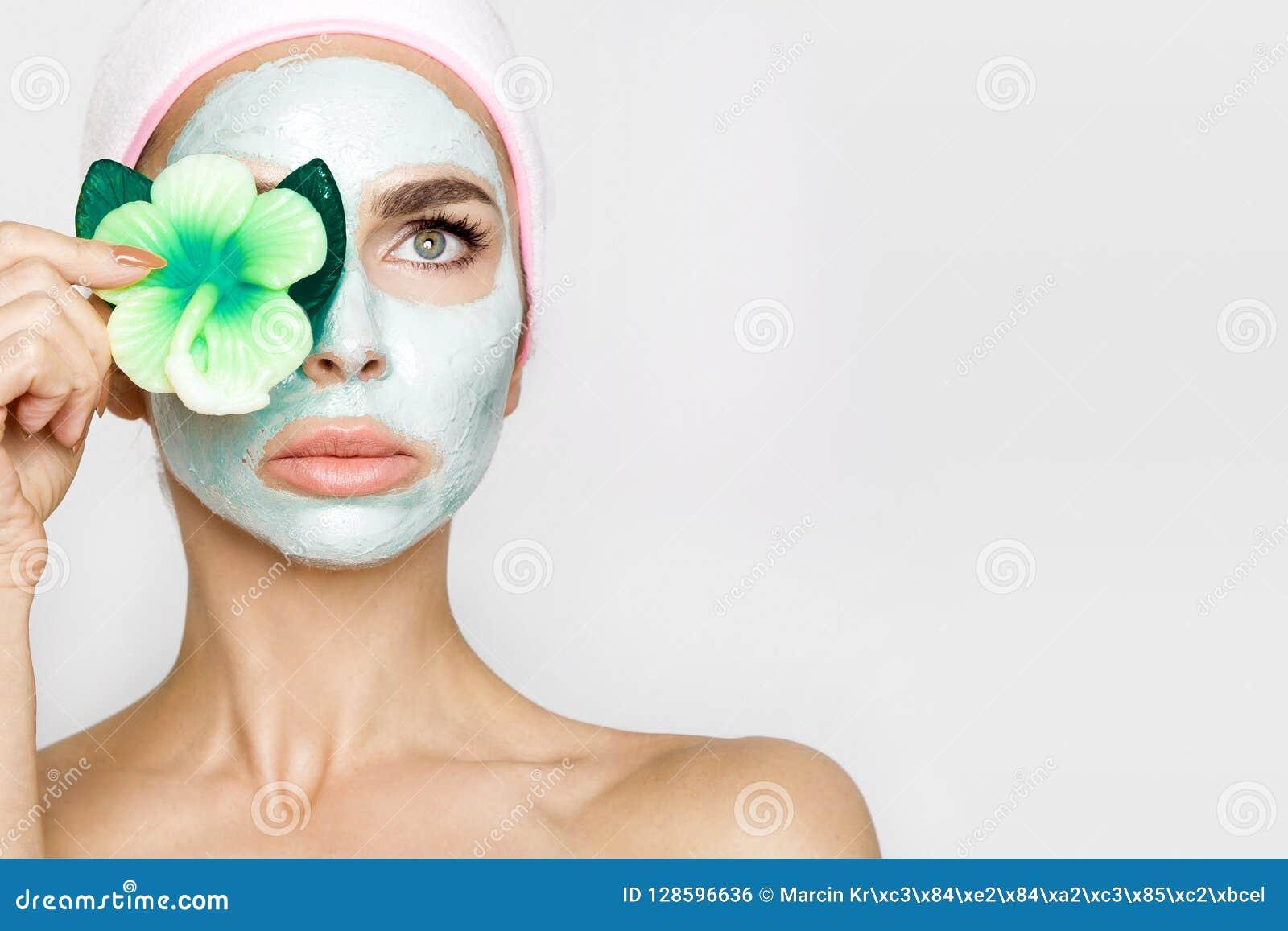 Belle femme blonde avec le masque protecteur hydraté Station thermale de beauté