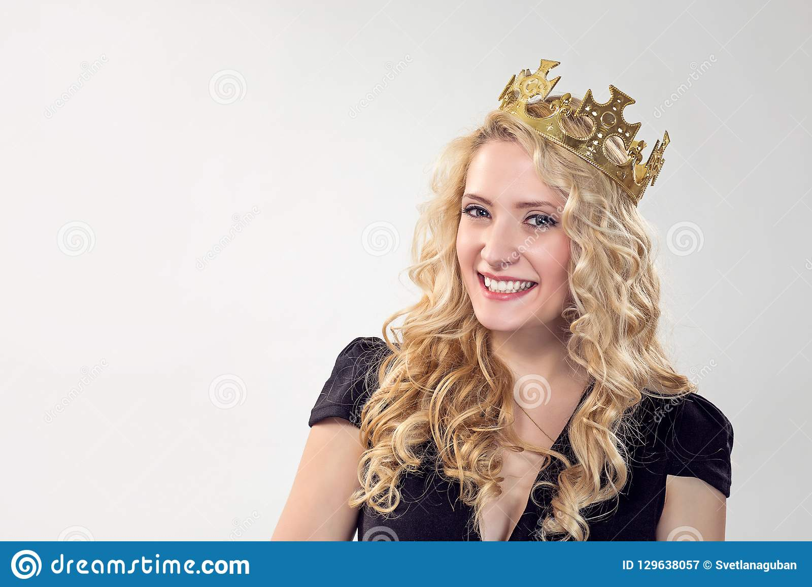 Belle femme blonde dans la couronne