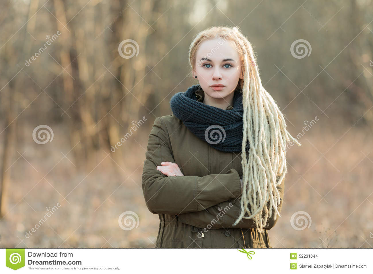 belle femme blonde de hippie d 39 oung dans l 39 charpe et la parka avec la coiffure de dreadlocks. Black Bedroom Furniture Sets. Home Design Ideas