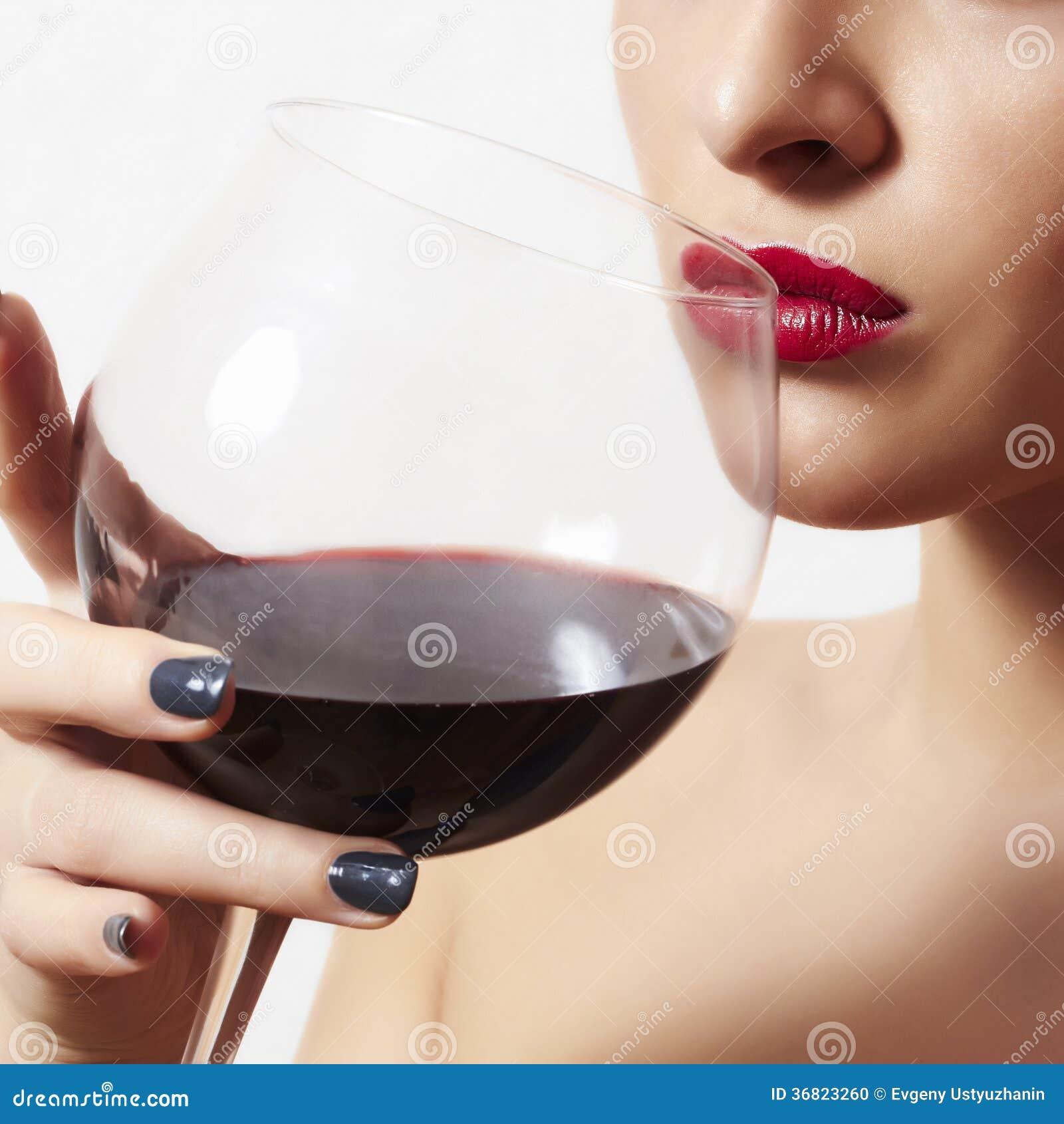 Belle femme buvant les lèvres rouges de wine.wineglass.red