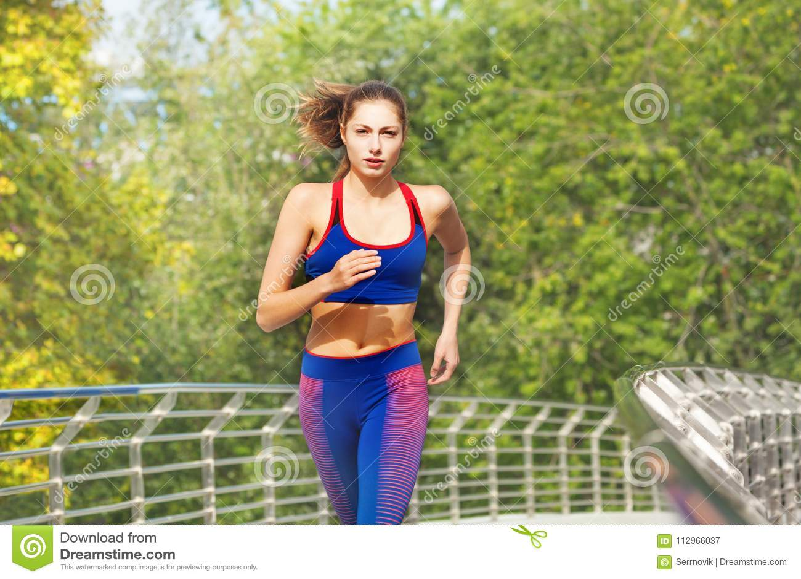 Download Belle Femme Courant à Travers Le Parc De Ville Image stock - Image  du exercice 49700be868b