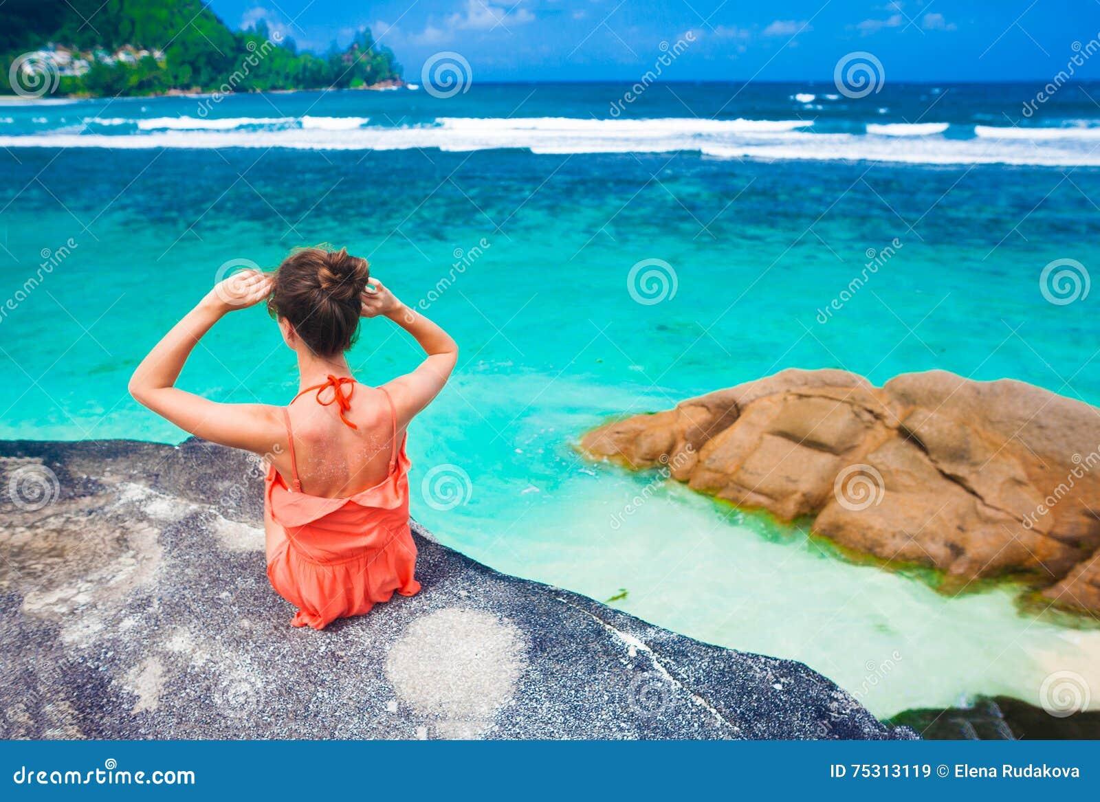 Belle Femme Détendant Sur Les Roches Au-dessus De La Mer Île De Mahe ... 3fe4a7388a50