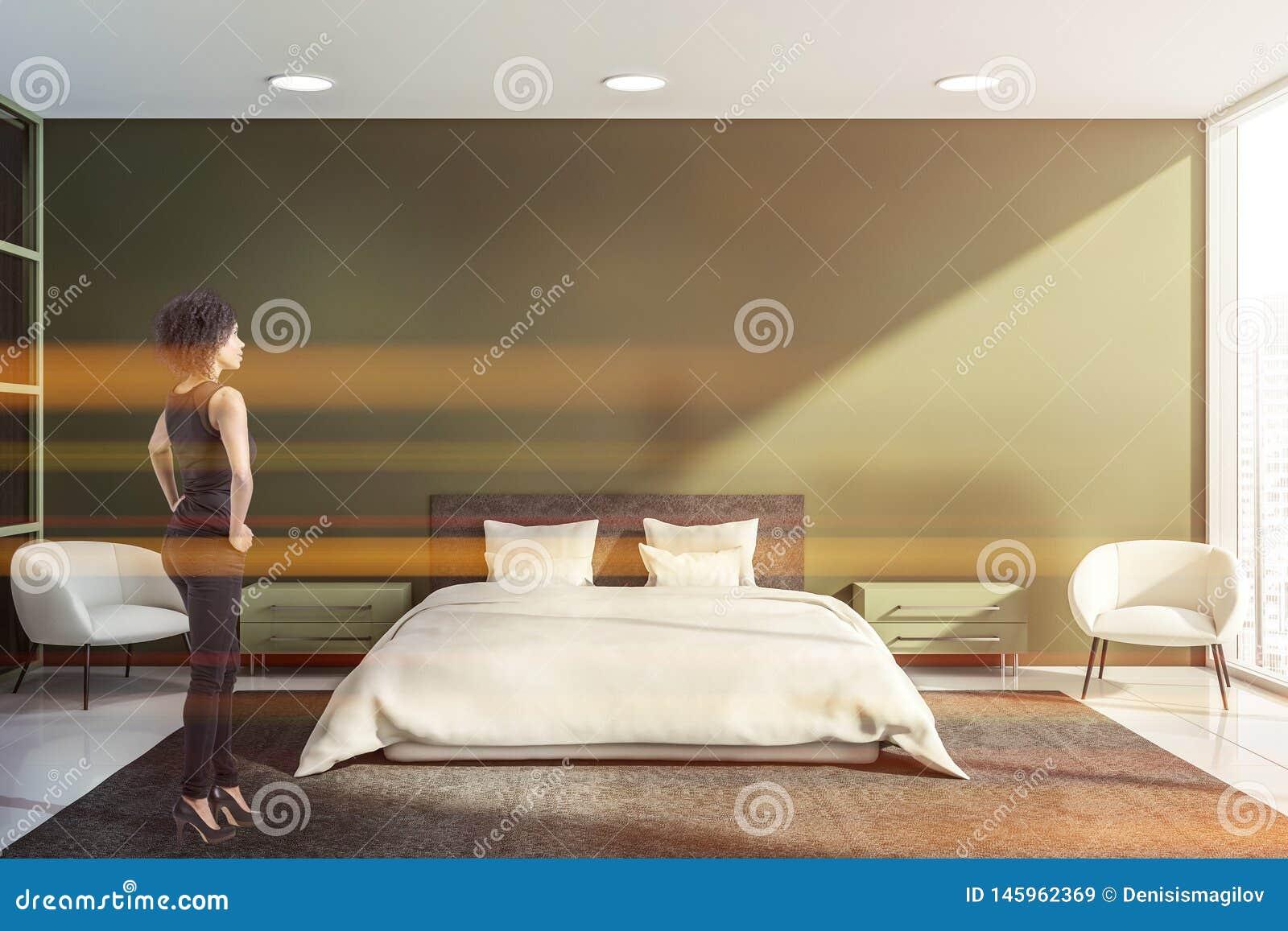 Belle femme dans l intérieur vert de chambre à coucher
