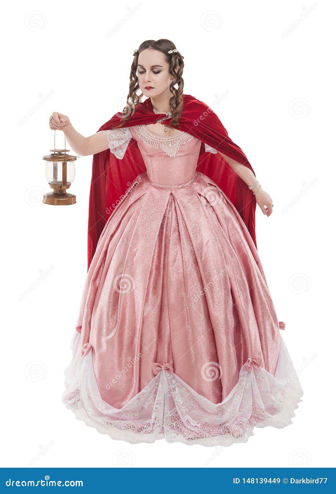 Belle femme dans la vieille robe m?di?vale historique avec la lanterne d isolement