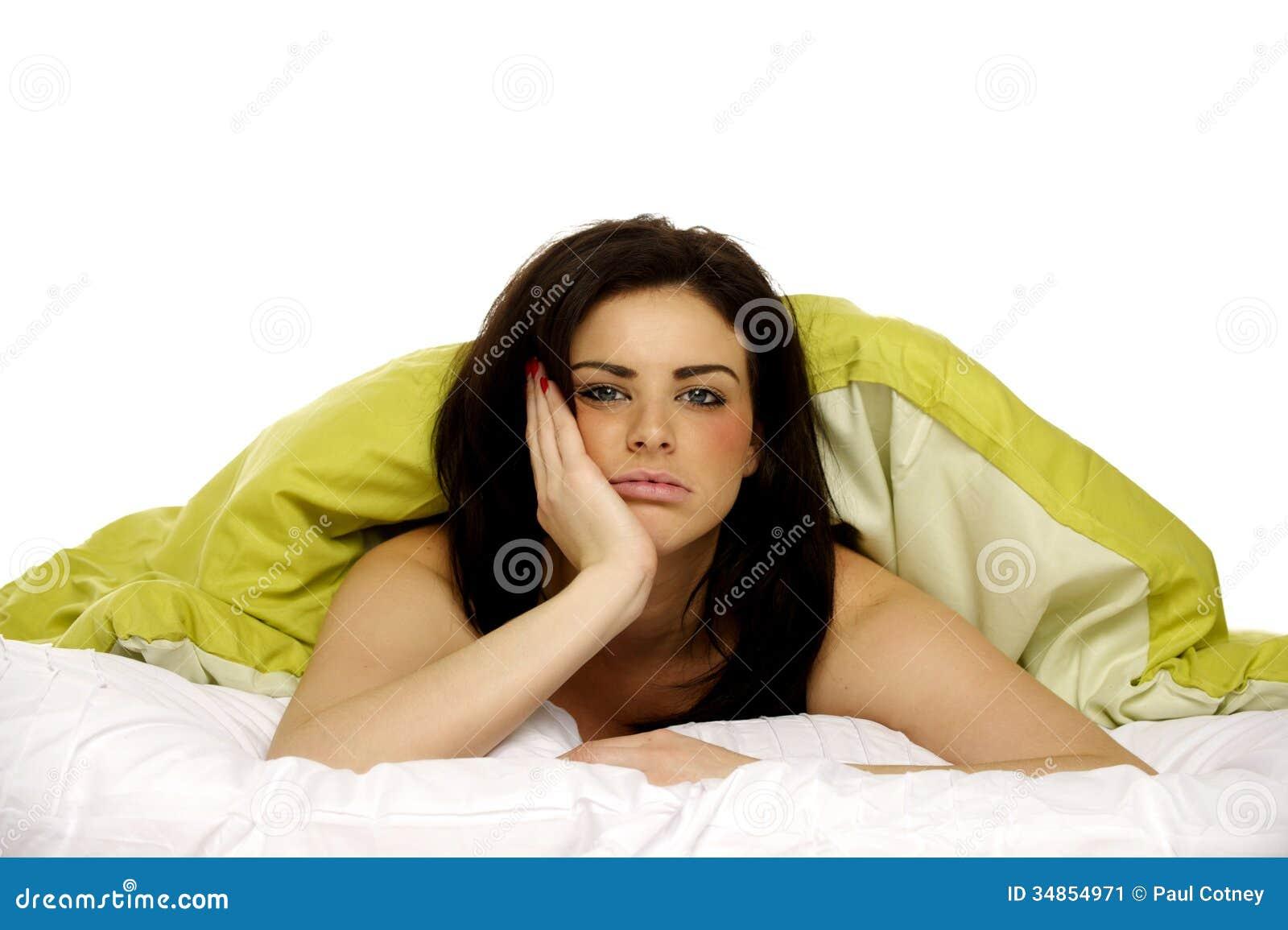 belle femme dans le lit sous une couette verte image stock image 34854971. Black Bedroom Furniture Sets. Home Design Ideas