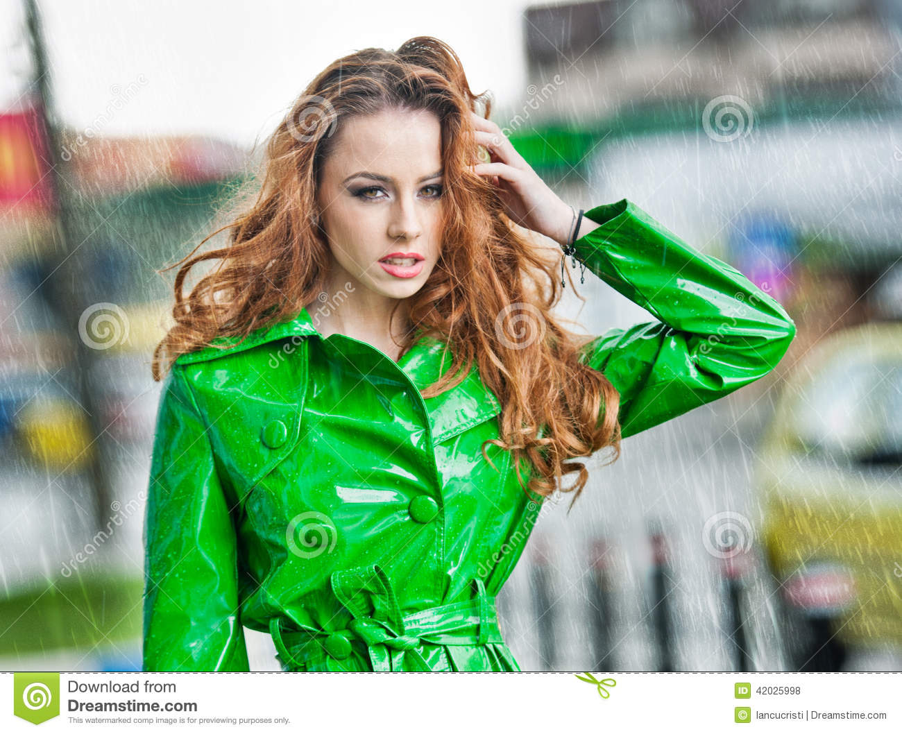 belle femme dans le manteau vert clair posant sous la pluie photo stock image 42025998. Black Bedroom Furniture Sets. Home Design Ideas