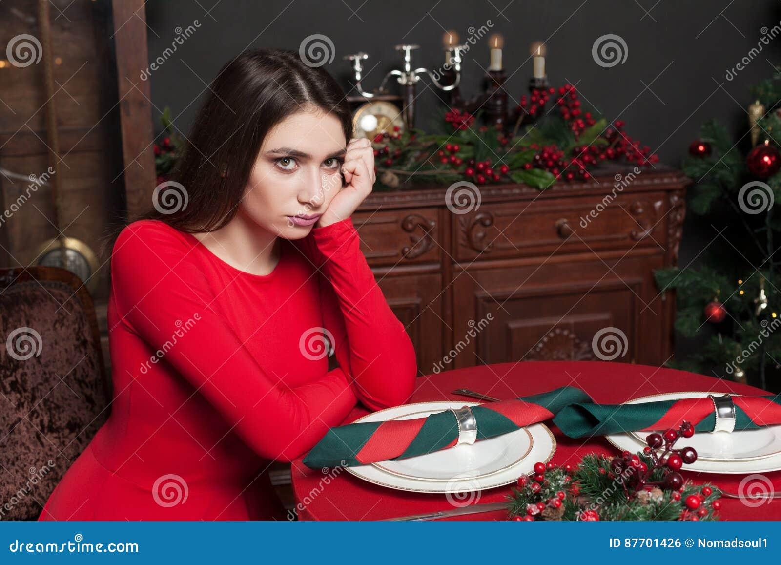 Belle femme dans le restaurant avec l intérieur riche