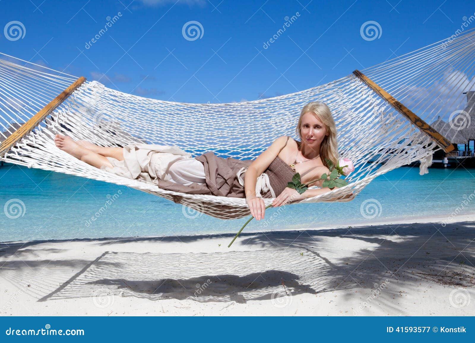 belle femme dans un long bain de soleil dans un hamac sur un fond de mer image stock image. Black Bedroom Furniture Sets. Home Design Ideas