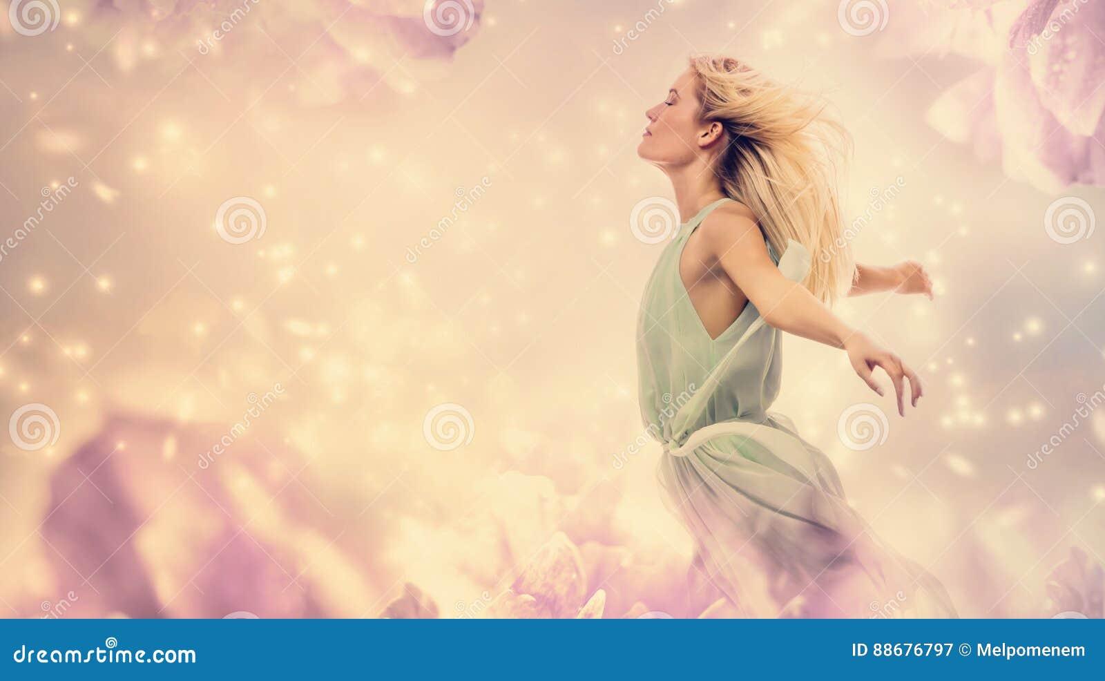 Belle femme dans une imagination rose de fleur de pivoine