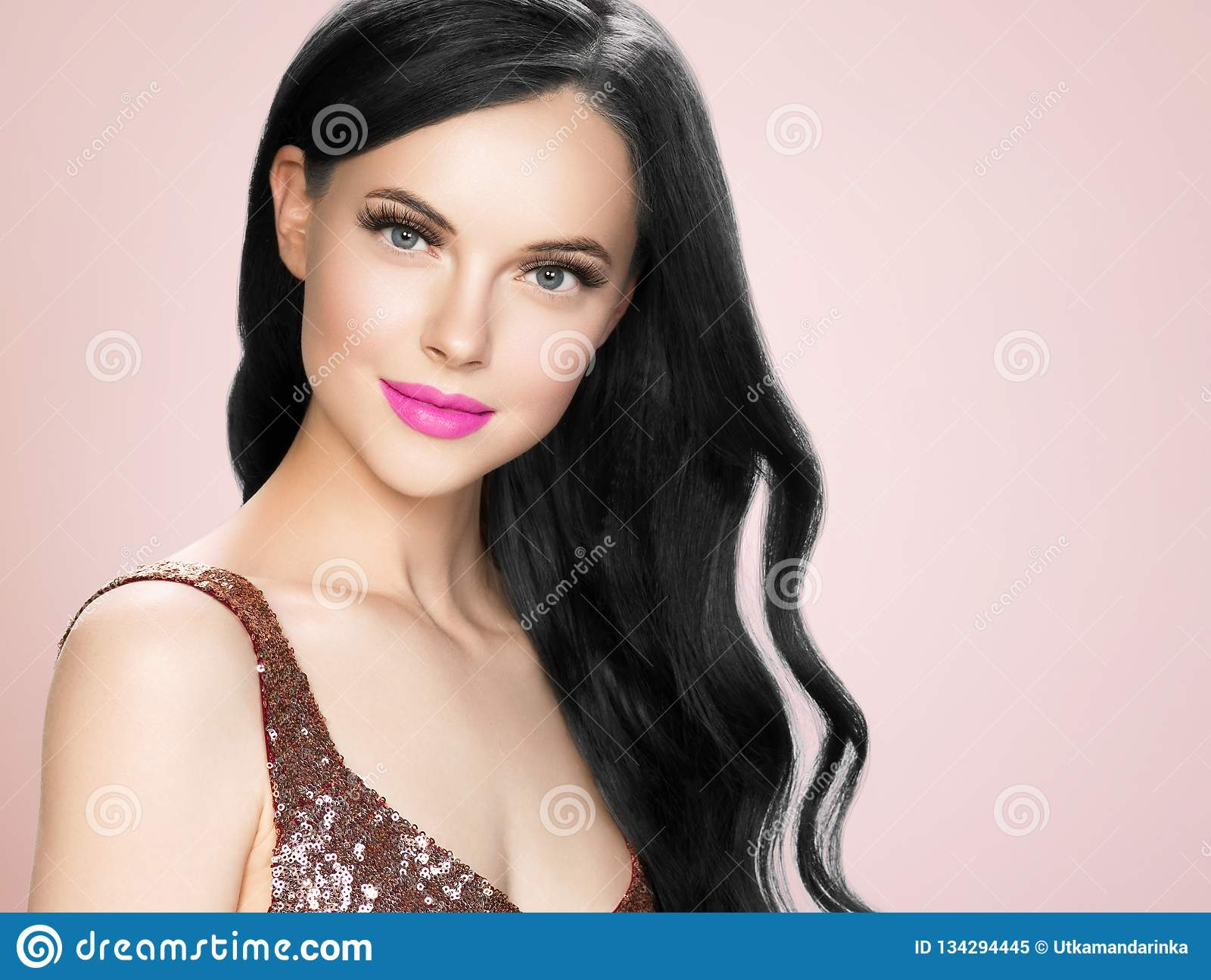Belle femme de brune avec l extension de cils et le long rouge à lèvres bouclé noir de rose de coiffure