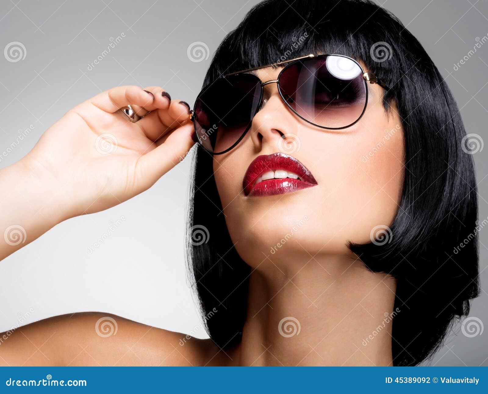 belle femme de brune avec la coiffure de tir avec les lunettes de soleil rouges photo stock. Black Bedroom Furniture Sets. Home Design Ideas