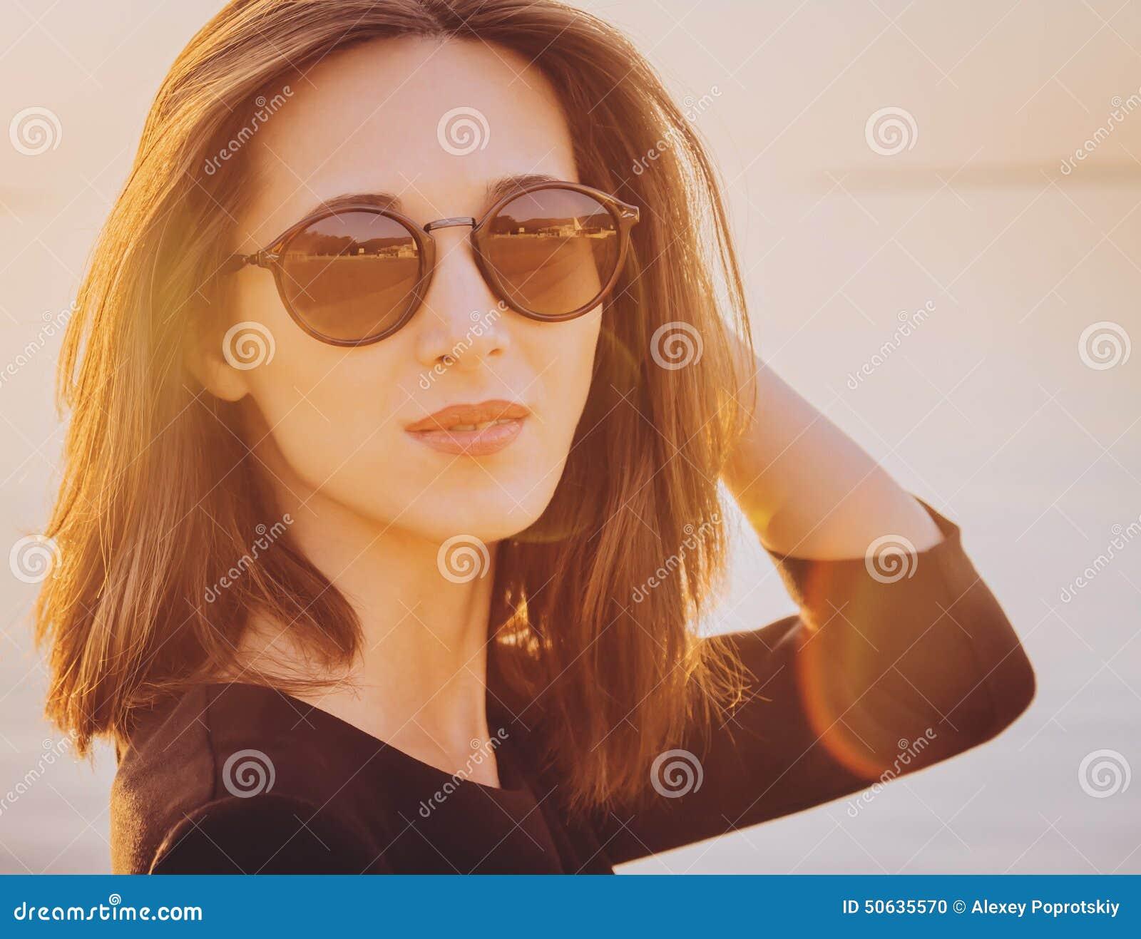 Belle Femme De Brune Dans Des Lunettes De Soleil Rondes