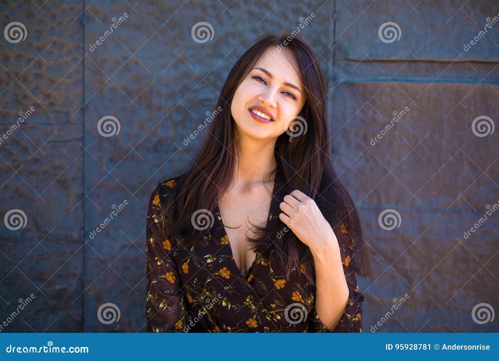 fe82ca269bc belle-femme-de-brune-dans-la-robe-brune-sexy-95928781.jpg
